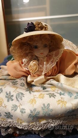 Bambola Dama seduta su divano porcellana con certi