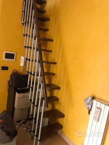 Scala da interno salva spazio con camminata sfalsa