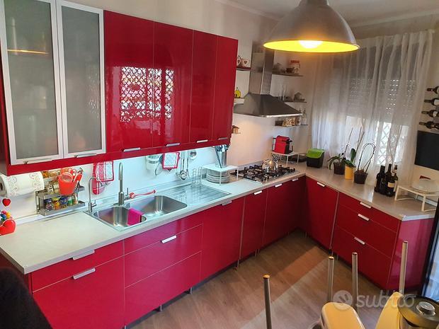 Cucina Rossa con elettrodomestici