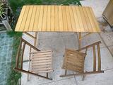 Tavolo e sedie richiudibili in legno