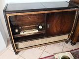 Mobile d'epoca con radio giradischi