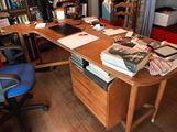 Scrivania anni 50 con sedie e poltrona
