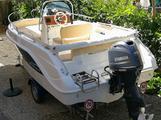Barca a motore e carrello