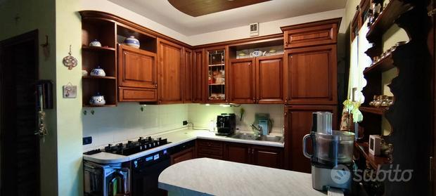 Cucina angolare + credenza + tavolo con panca