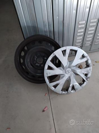 N* 4 cerchi acciaio più copricerchi Toyota Yaris